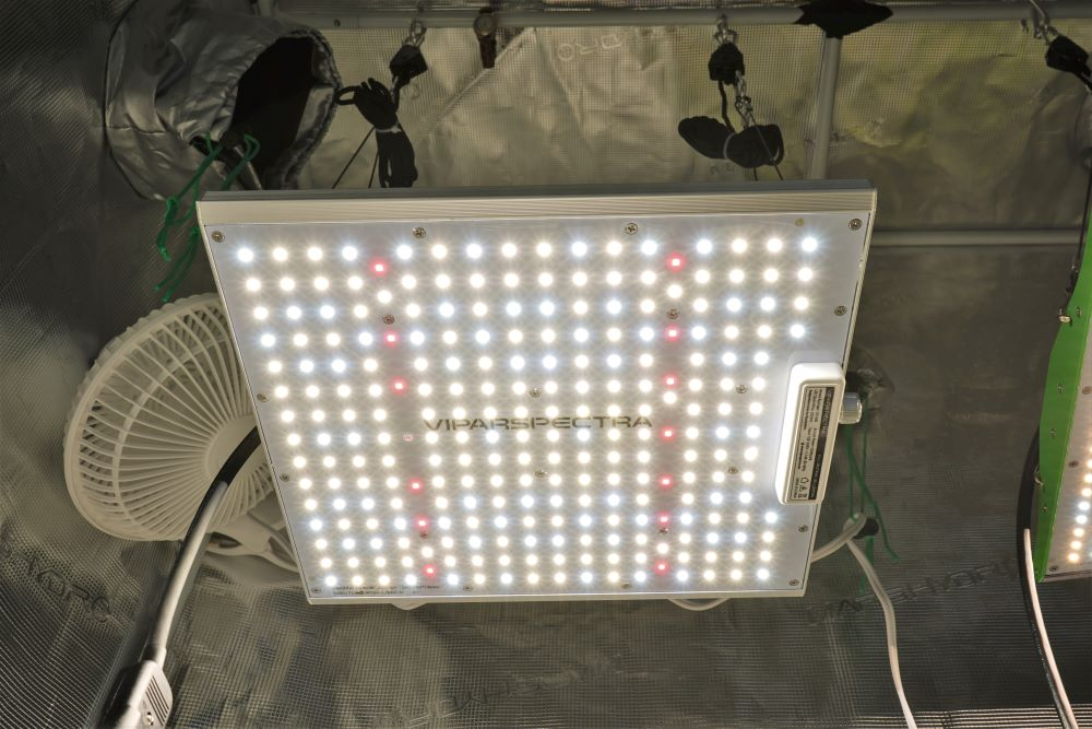 Viparspectra XS1000 LED panel with lights on
